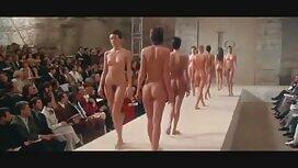 Bombasse aux gros seins joue avec son corps dans la salle film x mature de bain FM14